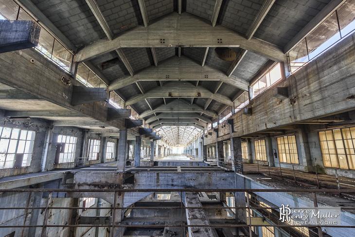 Plafond en béton du hall de la salle des machines de la centrale EDF
