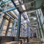 Structure du bâtiment de la salle des machines couleur bleue vu depuis le rez de chaussée