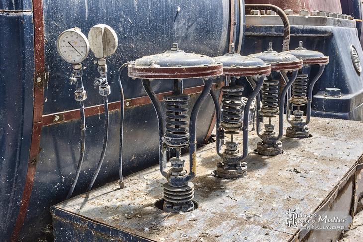 Valves à ressort de la chaudière à vapeur Alstom à la centrale EDF Saint-Denis