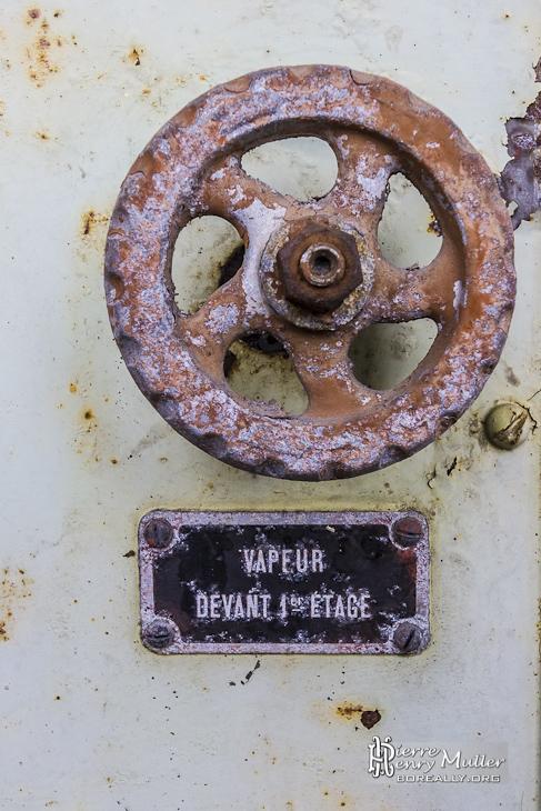 Vanne rouge régulant le flux de vapeur en amont du premier étage de la chaudière