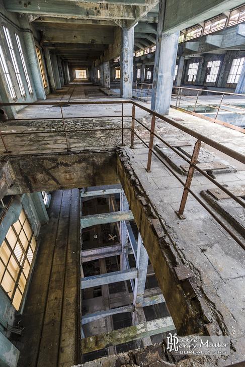 Vue au travers des étages du hall des machines à la centrale EDF