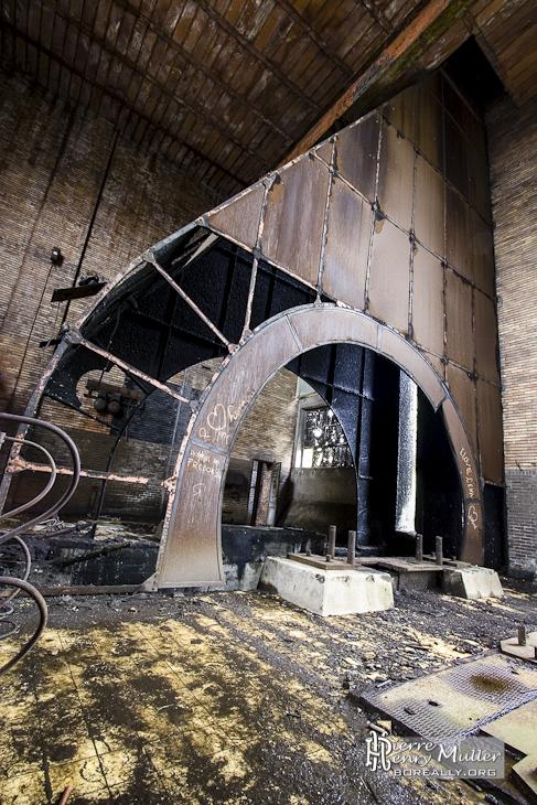 Cavité des moteurs et câbles de l'ascenseur du puits moderne de Cheratte