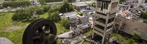 Sur le toit du chevalement du puits numéro 1, la vue sur le carreau de la mine est totale.