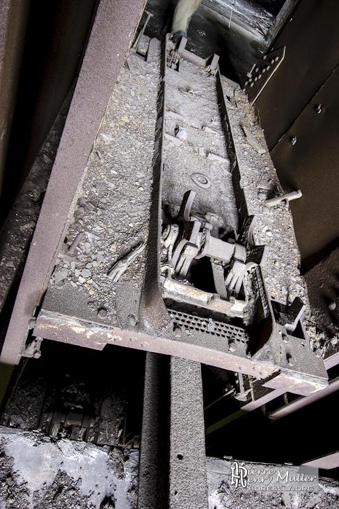 Fixation des berlines sur les ascenseurs des chevalements