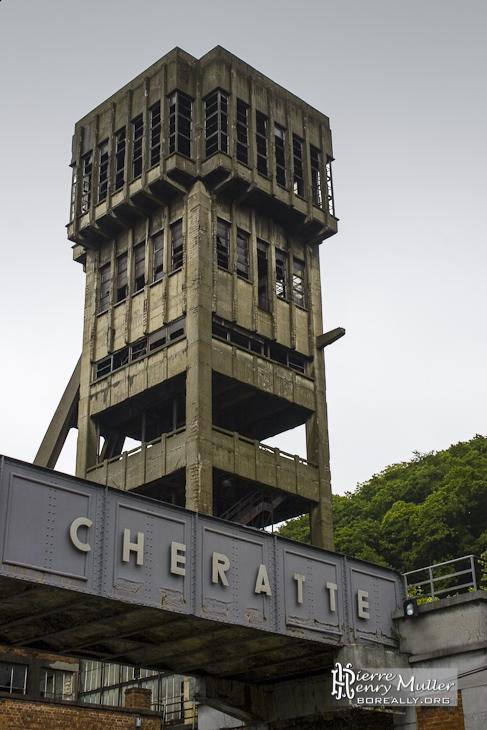 Puits moderne de la mine de charbon de Cheratte avec la passerelle