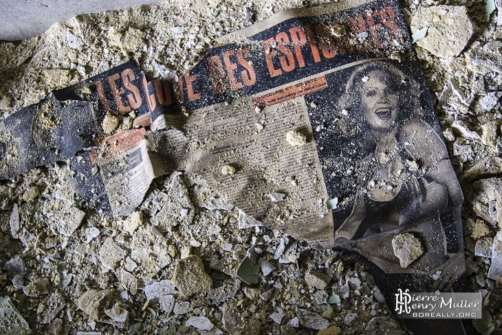 Vieux magasine dans les débris de la mine
