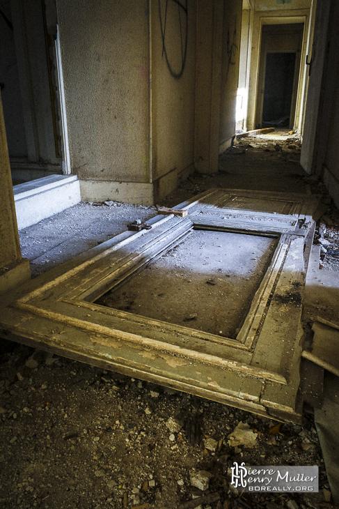 Couloir et porte au sol dans le château abandonné de Bonnelles