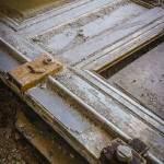 Détails d'une porte tombé au sol avec vieilles serrures au château de Bonnelles