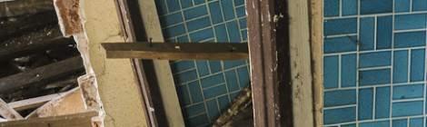 ...La verticalité des murs n'est plus assuré à différents endroits du château, la pièce juste derrière est en train de s'effondrer suite aux infiltrations de pluie qui ont endommagé la structure en bois des planchers....