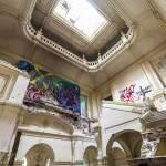 Entrée, vestibule à hautes arcades et escaliers menant aux étages au château de Bonnelles