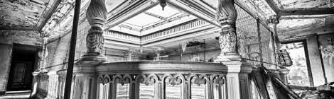 ...Photo HDR en noir et blanc des colonnes sculptées en bois de l'étage des terminales du château de Bonnelles....
