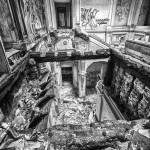 HDR noir et blanc du palier et des escaliers effondrés du château de Bonnelles