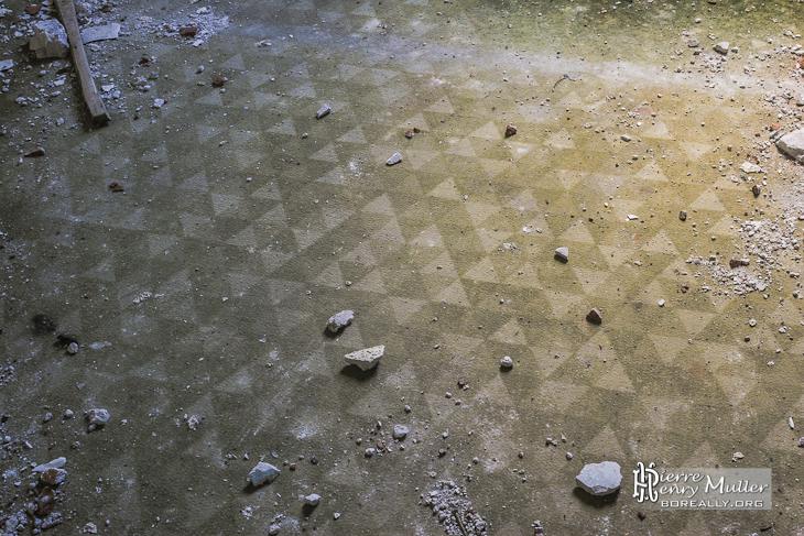 Moquette rétro aux motifs triangulaires dans une pièce du château de Bonnelles