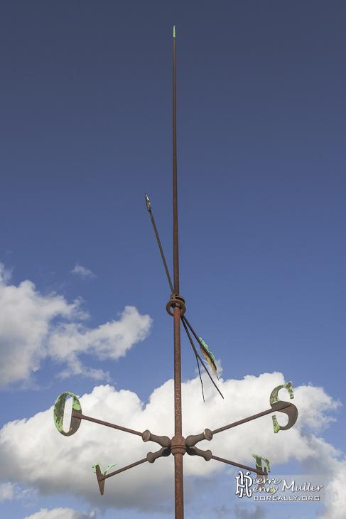 Paratonnerre et girouette avec points cardinaux sur le toit du château de Bonnelles