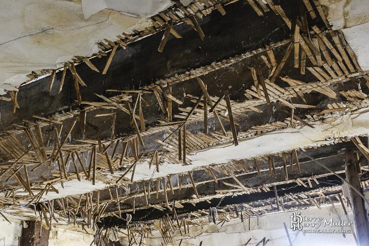 Plafond en platre en partie effondré au château de Bonnelles