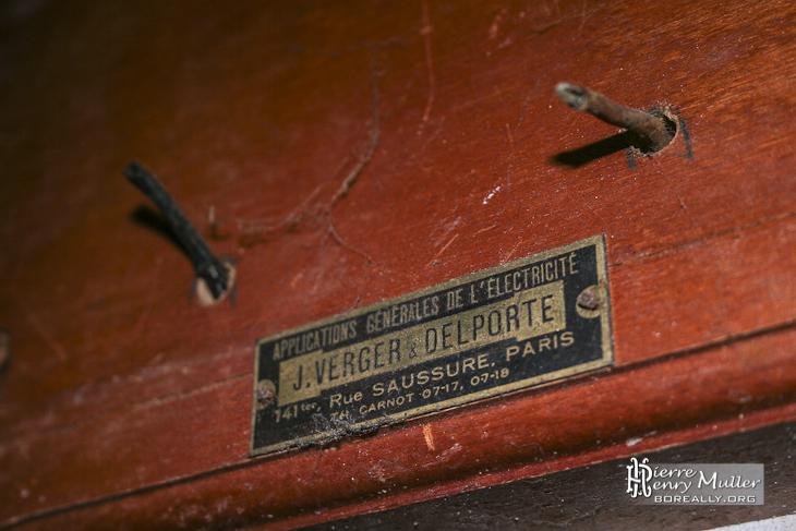 Plaque d'identification avec numéro de téléphone à 4 chiffres au château de Bonnelles