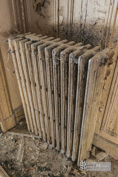 Radiateur en fonte des grandes salles du château de Bonnelles