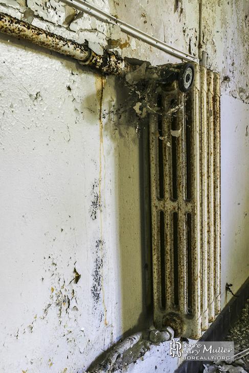 Radiateur en fonte dans une pièce du château de Bonnelles
