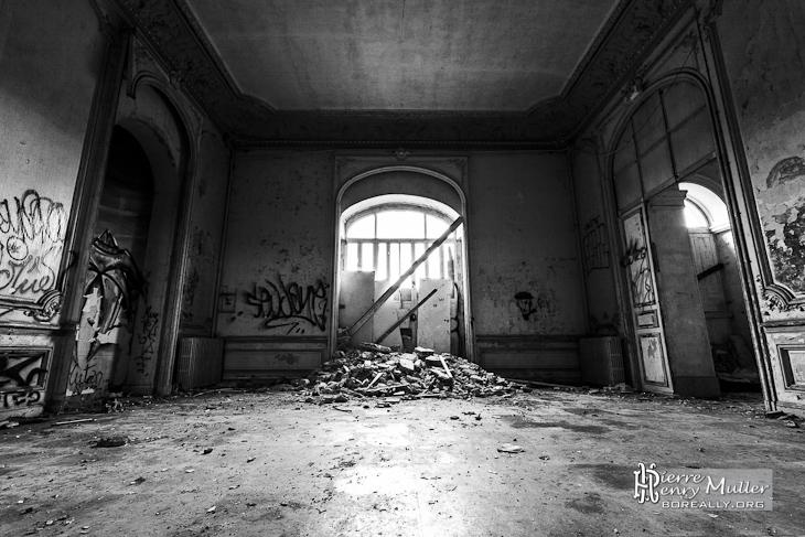 Salon secondaire en noir et blanc du château de Bonnelles