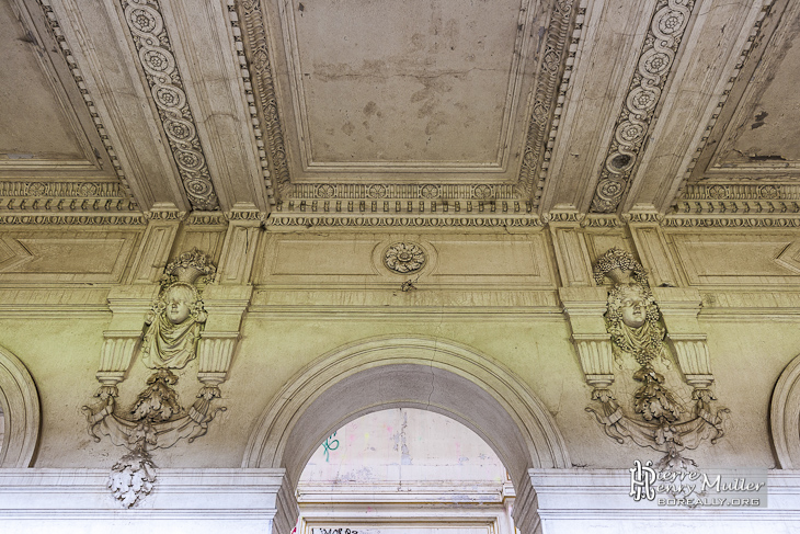 Sculptures du duc et de la duchesse d'Uzès dans le vestibule du château de Bonnelles