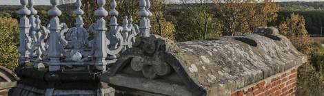 Les cheminées du château de Bonnelles sont arrondies à leurs extrémités. La décoration du toit est esthétique et pleine de détails.