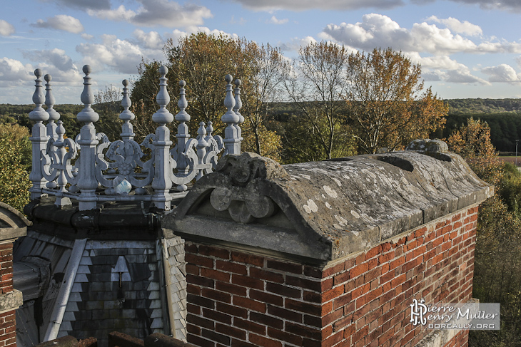 Toit et cheminée du château abandonné de la duchesse d'Uzès à Bonnelles
