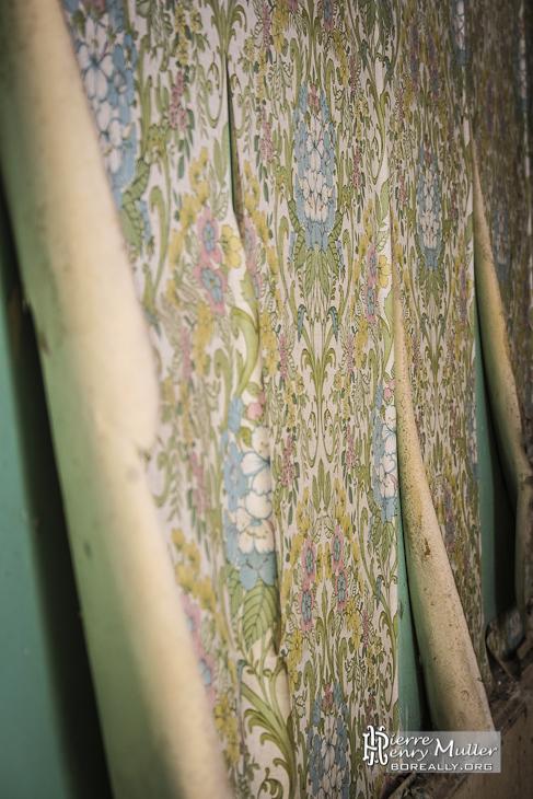 Vieille tapisserie aux motifs à fleurs et couleurs des années 1970 au château de Bonnelles
