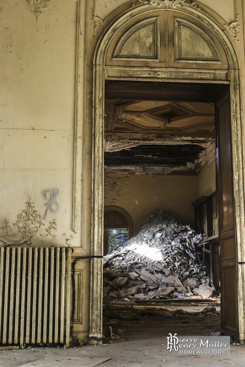 Vue d'un effondrement du plafond et des étages supérieurs au château de Bonnelles