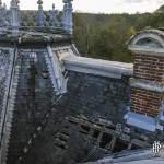 Vue sur le toit en cours d'effondrement du château abandonné de Bonnelles