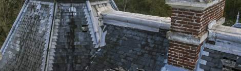 ...Le toit commençait déjà à être très détérioré avant même l'incendie de 2008. Les différentes ouvertures laissaient passer l'eau de pluie qui a accéléré l'effondrement de certaines zones des étages supérieurs....