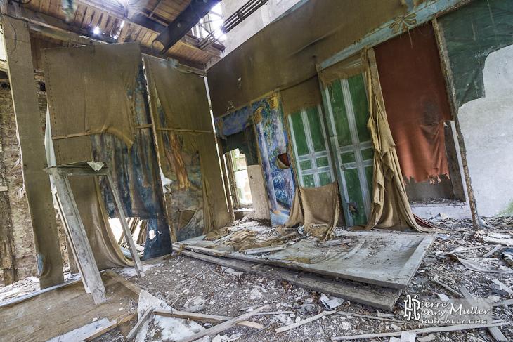 Arrière scène du théâtre du château Mesen avec ses décors abandonnés
