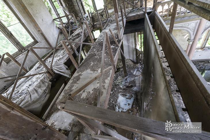 Cintre à décors du théâtre abandonné du château de Mesen