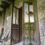 Double porte vermoulue avec moisissure au château de Mesen