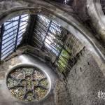 Eglise en ruine avec une rosace en vitrail au château de Mesen Lede en HDR