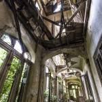 Etages effondrés du château en ruine de Mesen à Lede