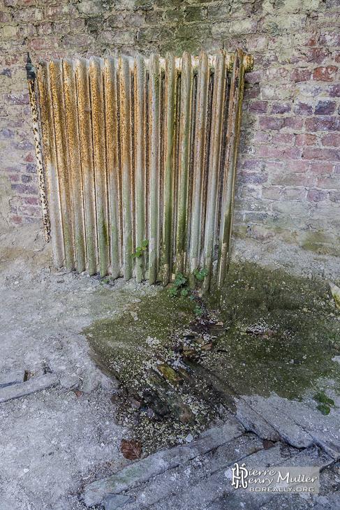 Infiltration et pourriture du plancher avec un radiateur dans le château Mesen