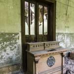 Meuble dans un couloir du château de Mesen