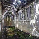 Nef de l'Eglise abandonnée avec son toit en partie effondrée laissant passer le soleil