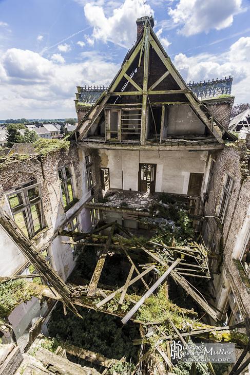 Partie effondrée du château en friche de Mesen à Lede