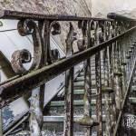 Rampe d'escalier en fer forgé rouillé au château abandonné de Mesen