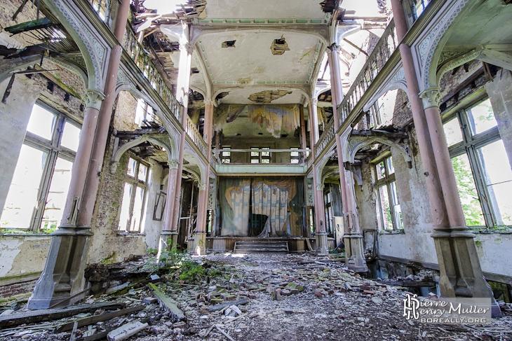 Salle de théâtre abandonnée du château Mesen à Lede