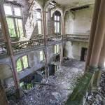 Salle du théâtre du château Mesen vue depuis les balcons effondrés