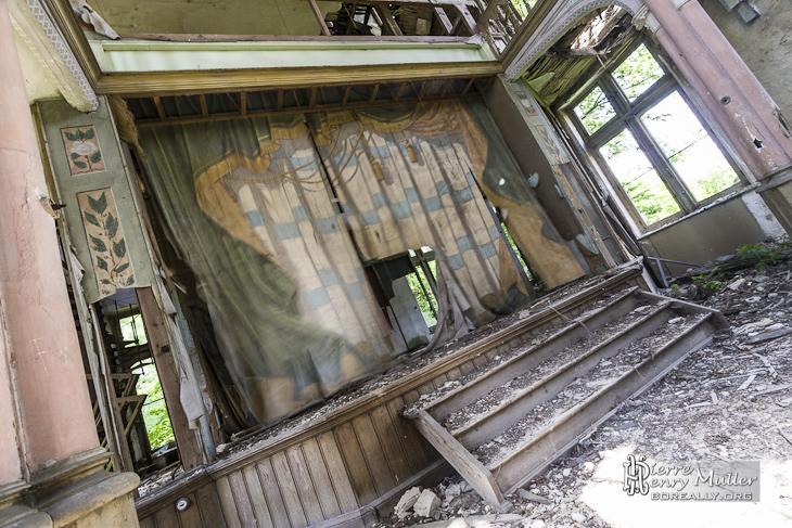 Scène du théâtre du château abandonné Mesen à Lede