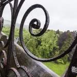 Barrière en fer forgé sur les toits de la tour centrale du château de Noisy