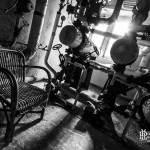 Chaufferie et ses réseaux de canalisations au Home de Noisy noir et blanc