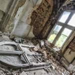 Cintrage de décoration de fenêtre tombé au sol en photo HDR