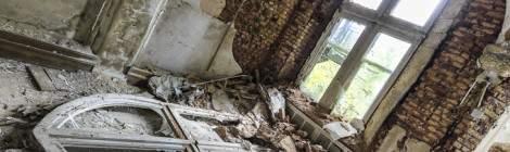 ...Photo HDR d'un cintrage de décoration de fenêtre tombé au sol au premier étage du château de Noisy Miranda....