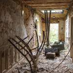 Couloir plein de gravât à un étage du château Noisy Miranda