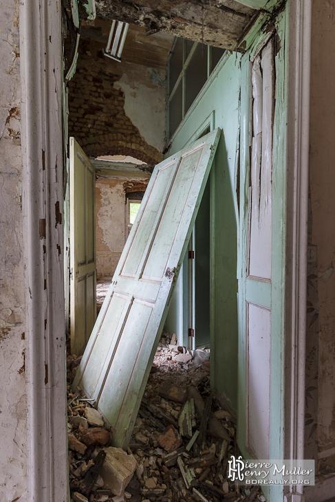 Couloirs du château Miranda avec porte dégondée