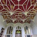 Décoration et plafond rouge du salon du château Noisy Miranda
